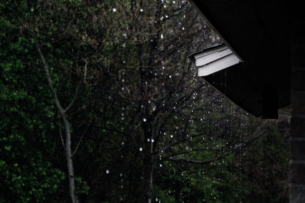 chuva em um telhado