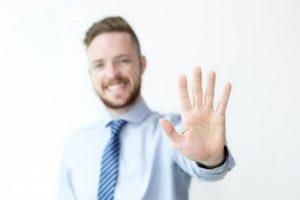homem mostrando 5 dedos