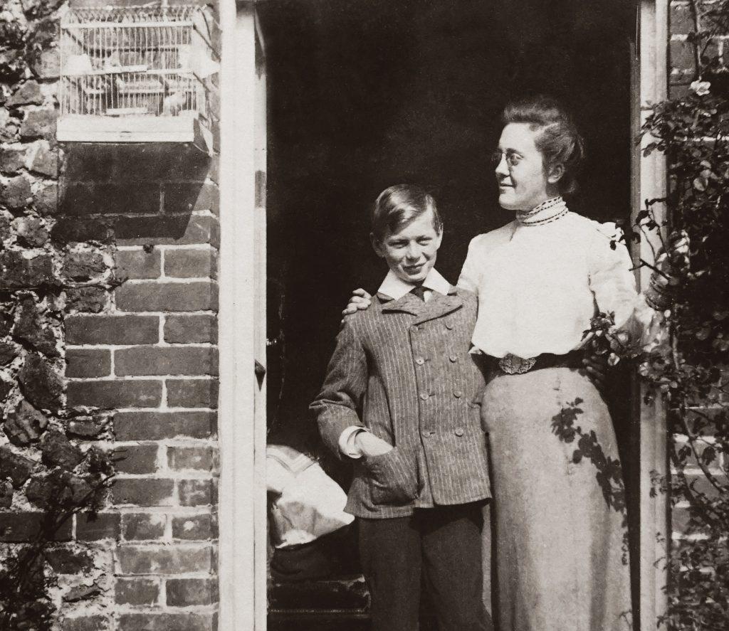 Mulher em casa com o filho (foto antiga).