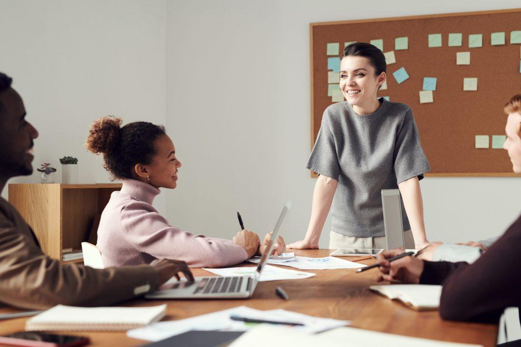 Mulher liderando uma reunião de trabalho.