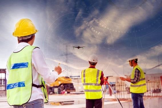 Engenheiros usando drones